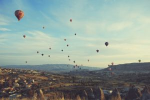 Paisaje con el cielo lleno de globos aeroestáticos