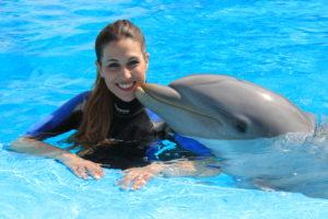 chica junto a un delfín