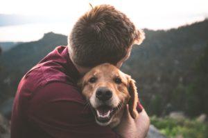 chico abrazando a un perro